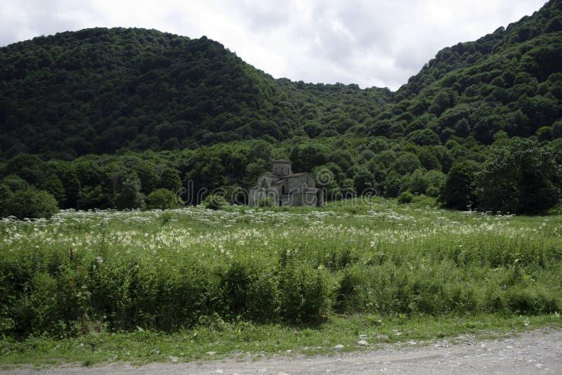 Igreja cristã, templos antigos do século X de Nizhnearhizy, templo médio de Zelenchuksky, templo de pedra entre montanhas e fotografia de stock
