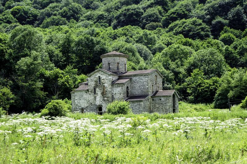 Igreja cristã, templos antigos do século X de Nizhnearhizy, templo médio de Zelenchuksky, templo de pedra entre montanhas e foto de stock royalty free