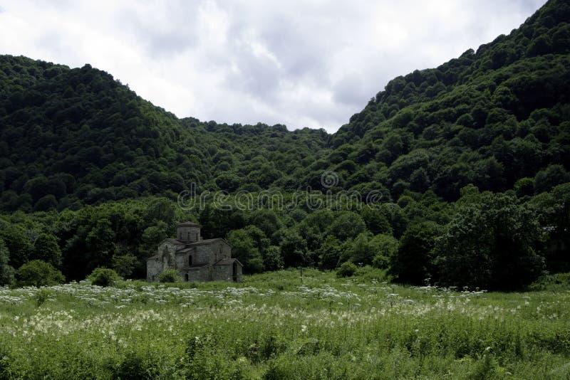 Igreja cristã, templos antigos do século X de Nizhnearhizy, templo médio de Zelenchuksky, templo de pedra entre montanhas e imagens de stock royalty free