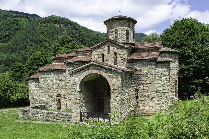 Igreja cristã, templos antigos do século X de Nizhnearhizy, templo do norte de Zelenchuk, templo de pedra entre montanhas e fotografia de stock