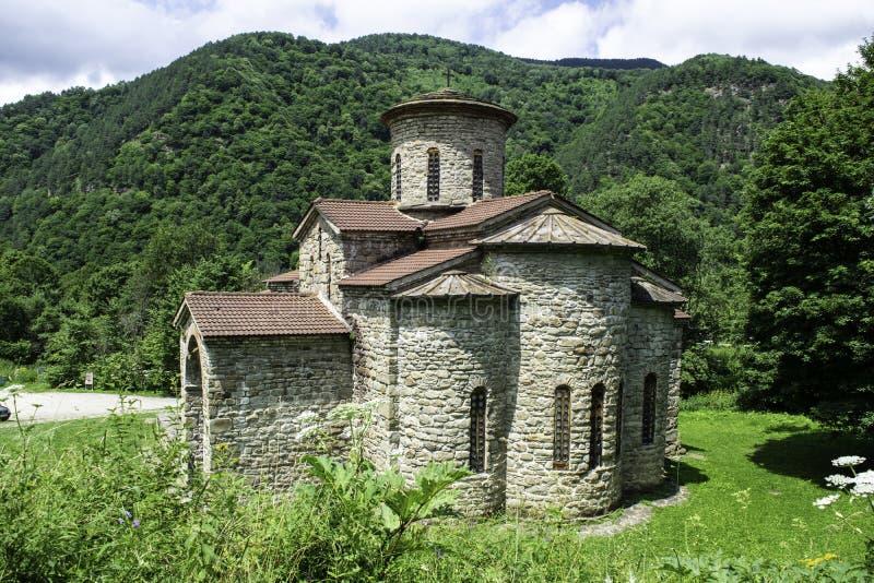 Igreja cristã, templos antigos do século X de Nizhnearhizy, templo do norte de Zelenchuk, templo de pedra entre montanhas e imagens de stock