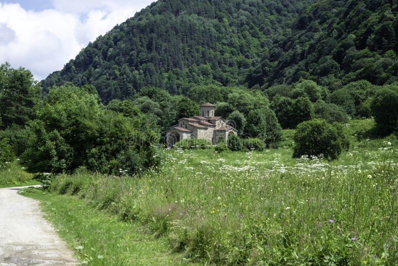 Igreja cristã, templos antigos do século X de Nizhnearhizy, templo do norte de Zelenchuk, templo de pedra entre montanhas e fotos de stock
