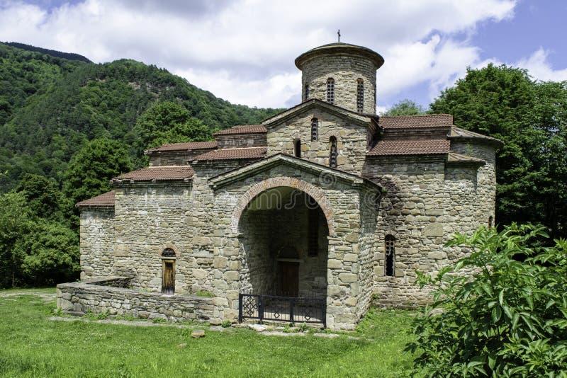 Igreja cristã, templos antigos do século X de Nizhnearhizy, templo do norte de Zelenchuk, templo de pedra entre montanhas e imagem de stock royalty free