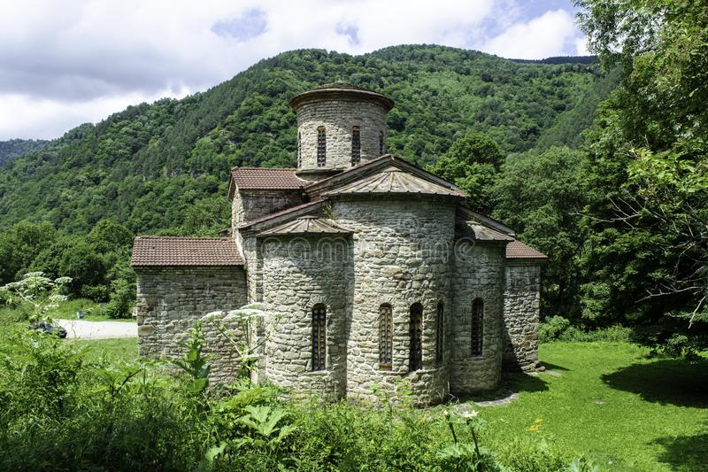 Igreja cristã, templos antigos do século X de Nizhnearhizy, templo do norte de Zelenchuk, templo de pedra entre montanhas e fotos de stock royalty free