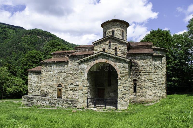 Igreja cristã, templos antigos do século X de Nizhnearhizy, templo do norte de Zelenchuk, templo de pedra entre montanhas e foto de stock