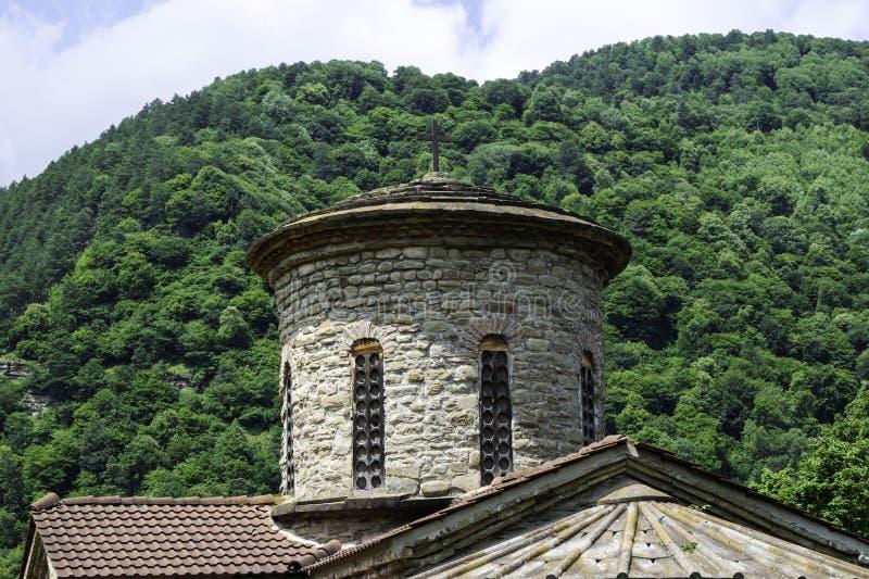 Igreja cristã, templos antigos do século X de Nizhnearhizy, templo do norte de Zelenchuk, templo de pedra entre montanhas e fotografia de stock royalty free