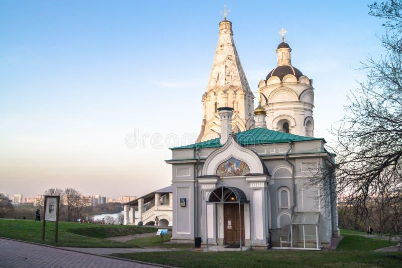 Igreja da ascensão junto com o fragmento da torre da igreja e de sino de St George, museu da propriedade de Kolomenskoye, Moscou fotografia de stock royalty free