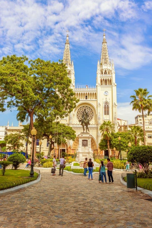 Igreja da catedral e estátua metropolitanas de Simon Bolivar em Guayaq fotografia de stock royalty free