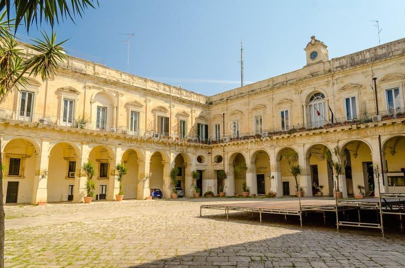 Igreja da cruz santamente, claustro Lecce, Itália imagens de stock