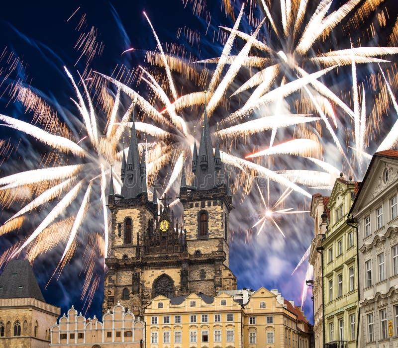 Igreja da mãe do deus na frente de Tyn em fogos-de-artifício velhos da praça da cidade e do feriado, Praga, República Checa foto de stock