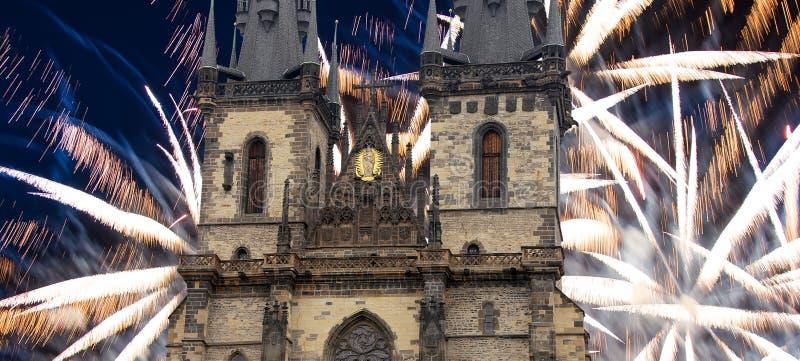 Igreja da mãe do deus na frente de Tyn em fogos-de-artifício velhos da praça da cidade e do feriado, Praga, República Checa fotos de stock royalty free