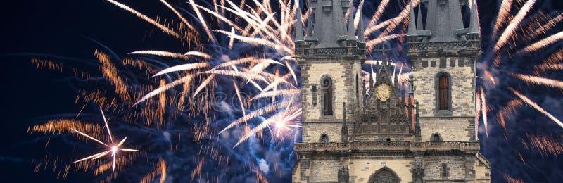 Igreja da mãe do deus na frente de Tyn em fogos-de-artifício velhos da praça da cidade e do feriado, Praga, República Checa fotografia de stock royalty free