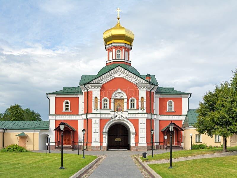 A igreja da porta no monastério de Valday Iversky, Rússia fotos de stock