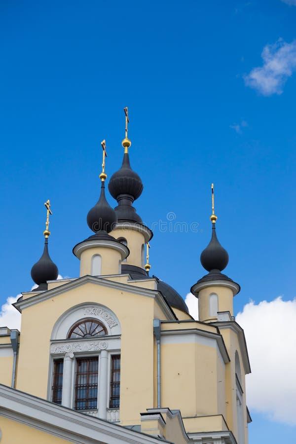 A igreja da proteção da Virgem Santa em Krasnoye Selo Igreja ortodoxa do deado do esmagamento da cidade de Moscou fotos de stock