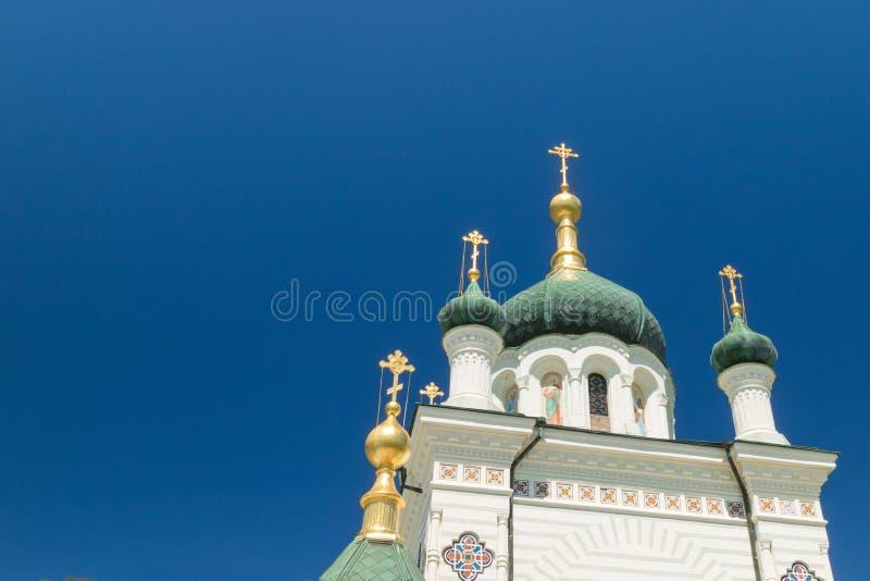 A igreja da ressurreição de Christs no fundo do céu azul em Foros, Yalta fotografia de stock royalty free