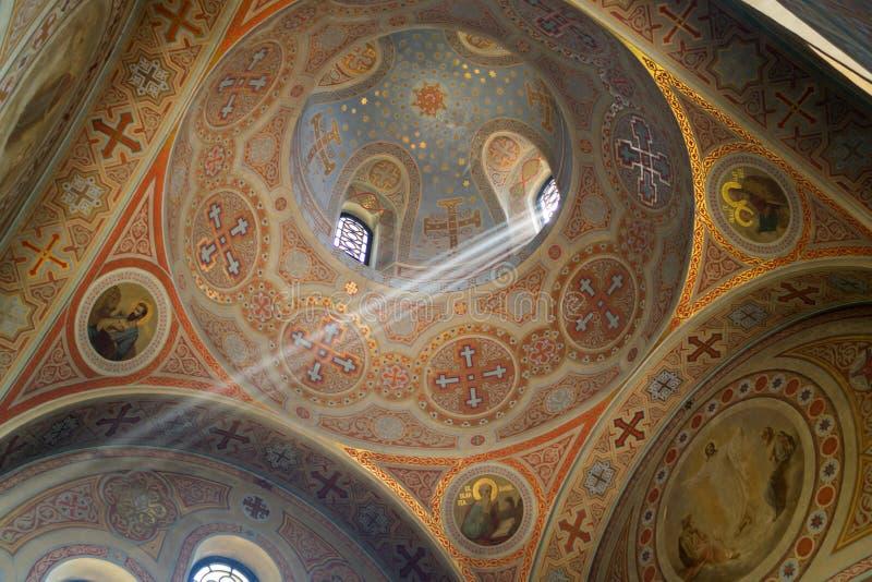 A igreja da ressurreição de Christs para dentro Um raio de luz que penetra delicadamente o templo imagens de stock royalty free