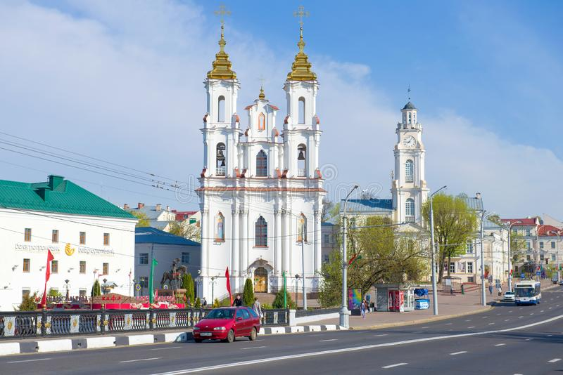 Igreja da ressurreição de Cristo e a construção da câmara municipal velha Bielorr?ssia, Vitebsk imagens de stock