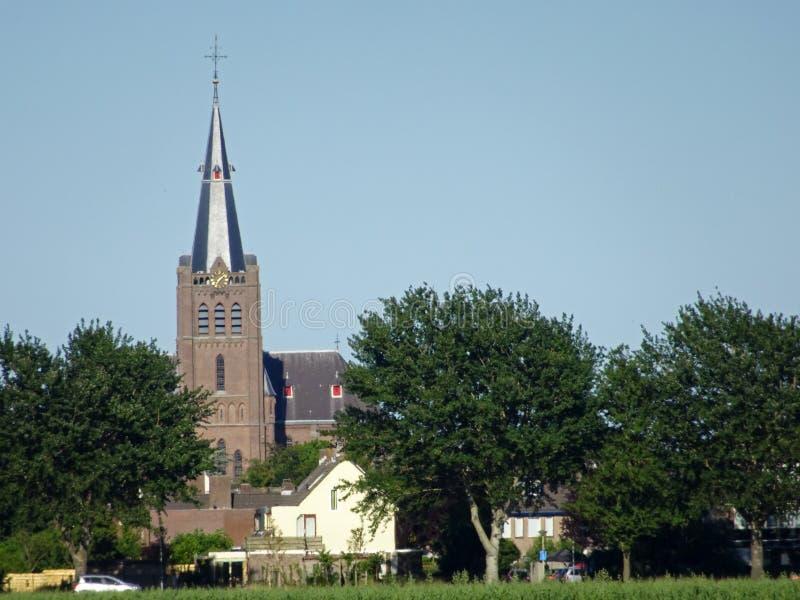 Igreja da vila da cidade holandesa pequena imagem de stock royalty free
