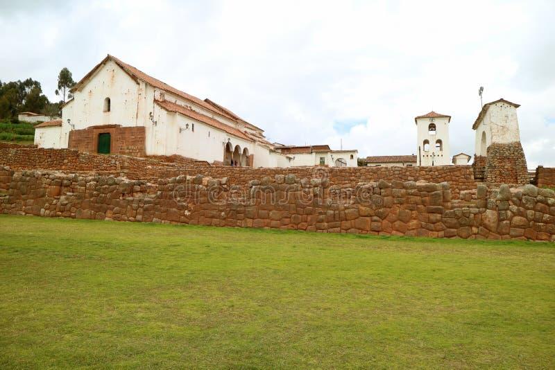 Igreja de Adobe e as sobras de Inca Structure na cume de Chinchero, Cuzco, Peru imagem de stock