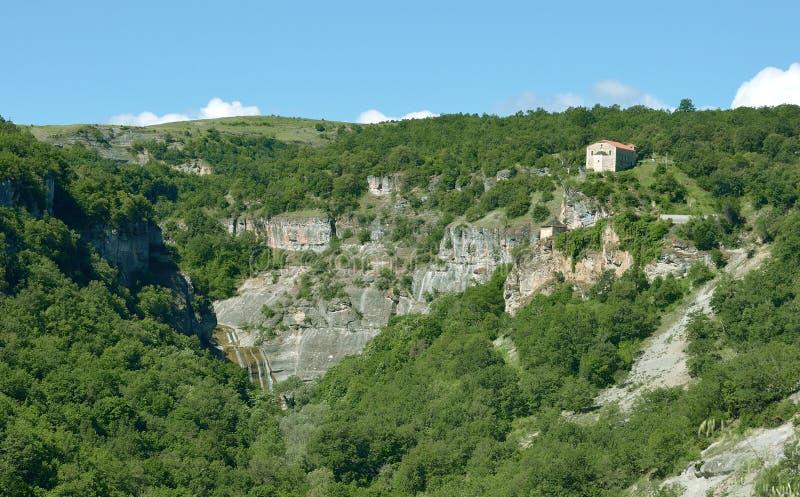 Igreja de Agia Anna e cachoeira do afluente pequeno de Haliakmona, Stenopotamos fotos de stock royalty free