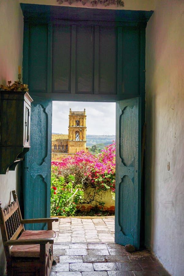 A igreja de Barichara moldou pela porta da casa colonial velha em Satander, Colômbia imagens de stock