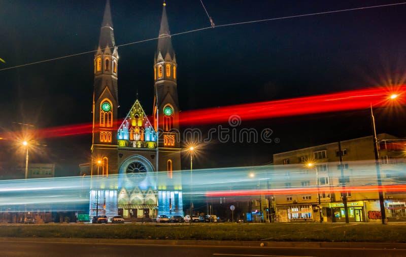 Igreja de Catolic em Timisoara na noite fotografia de stock