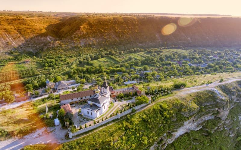 Igreja de Christian Orthodox em Orhei velho, Moldova Silhueta do homem de negócio Cowering fotografia de stock royalty free