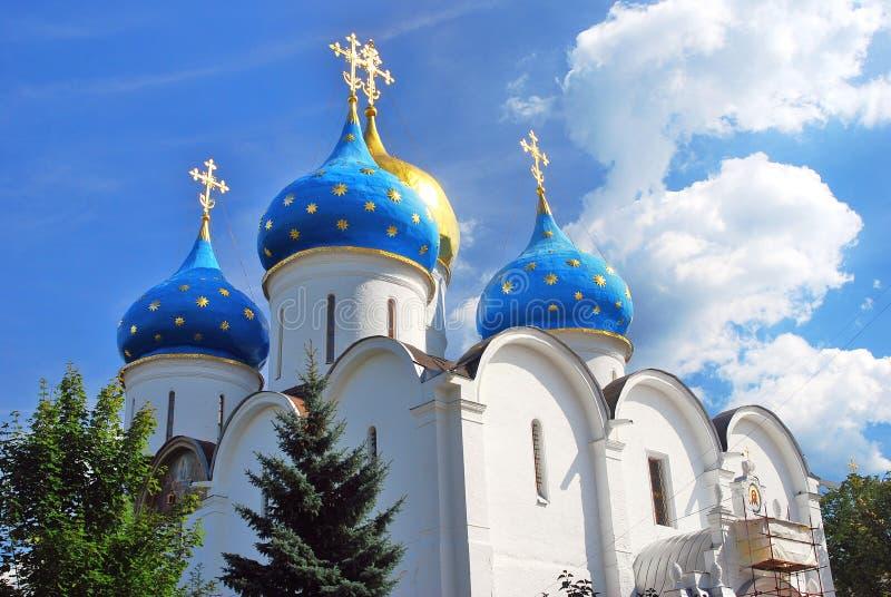 Igreja de Dormition na trindade Sergius Lavra imagem de stock royalty free