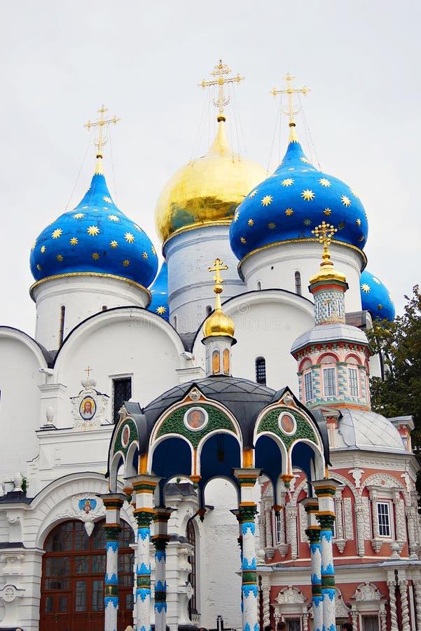 Igreja de Dormition na trindade Sergius Lavra imagem de stock