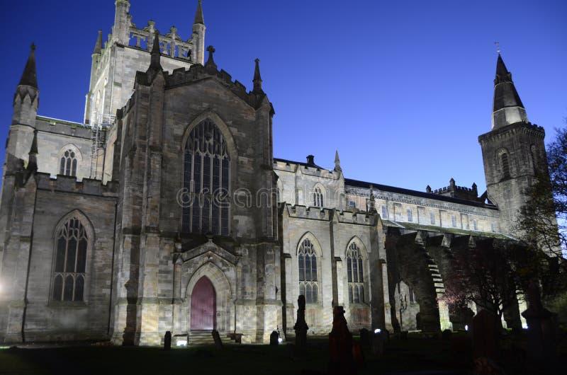Igreja de Dunfermline na noite foto de stock