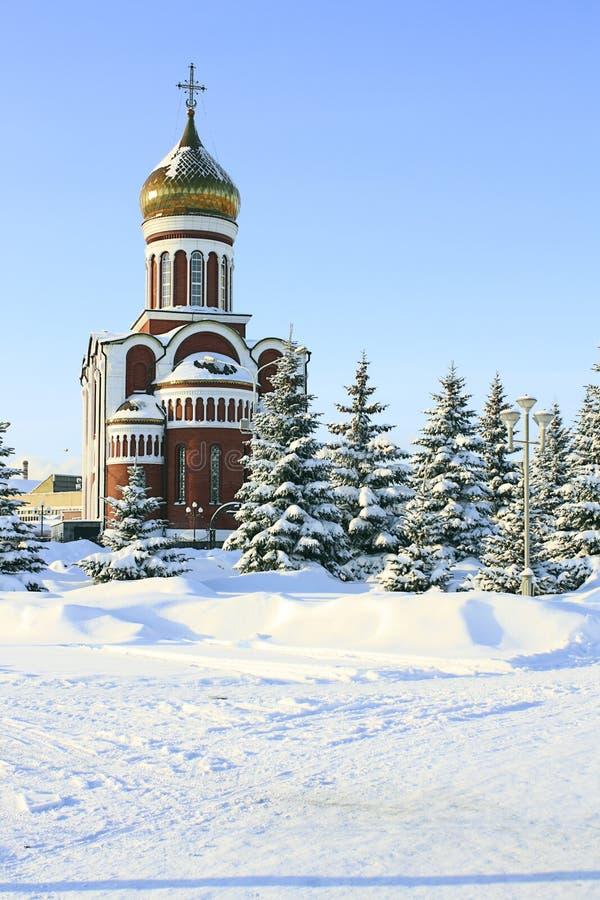 Download Igreja De Encontro Ao Céu Azul E Ao Abeto Snow-covered Foto de Stock - Imagem de paisagem, cultura: 12804382