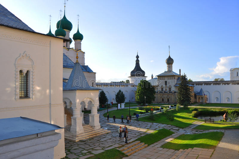 Igreja de Hodegetria e igreja de St John o evangelista no Kremlin em Rostov o grande foto de stock