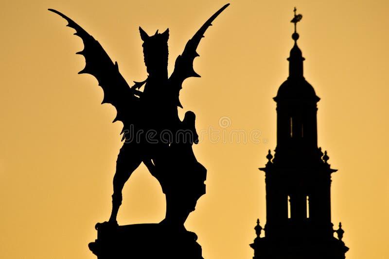 Igreja de Inglaterra da estátua de Londres do por do sol longe imagens de stock