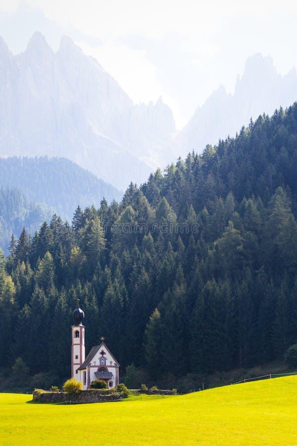 Igreja de Johann de Saint nos cumes das dolomites foto de stock