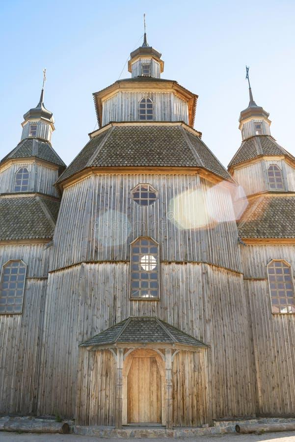 Igreja de madeira da pauta musical no dia de verão ensolarado Igreja pitoresca velha fotografia de stock royalty free