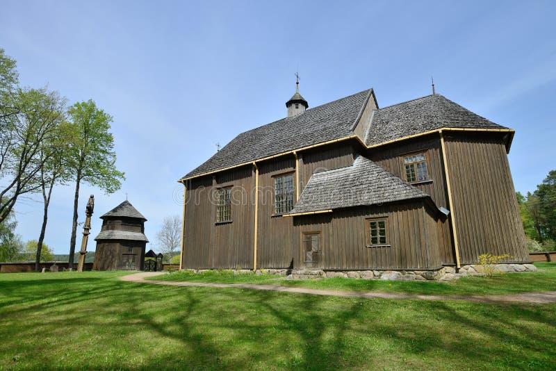 Igreja de madeira da sobrevivência a mais velha em Lituânia imagens de stock