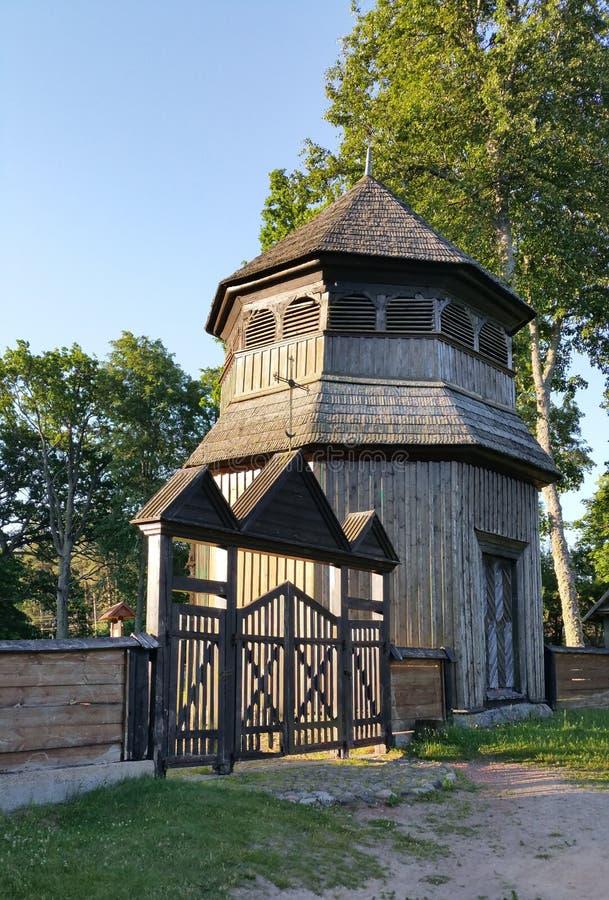 Igreja de madeira de Paluse no parque nacional de Aukstaitija em Lituânia fotografia de stock royalty free