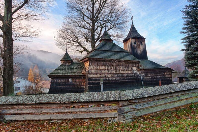 Igreja de madeira, Krajne Cierno, Eslováquia foto de stock