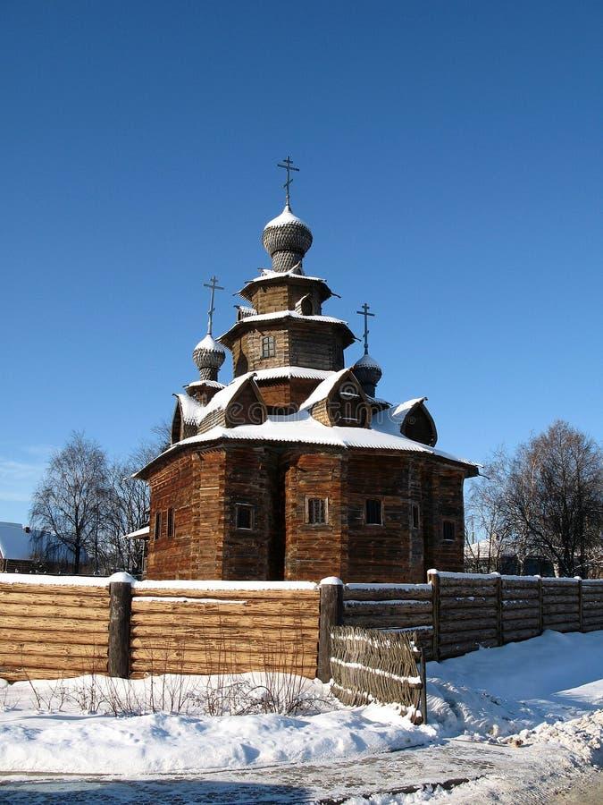 Igreja de madeira no inverno russian imagens de stock royalty free