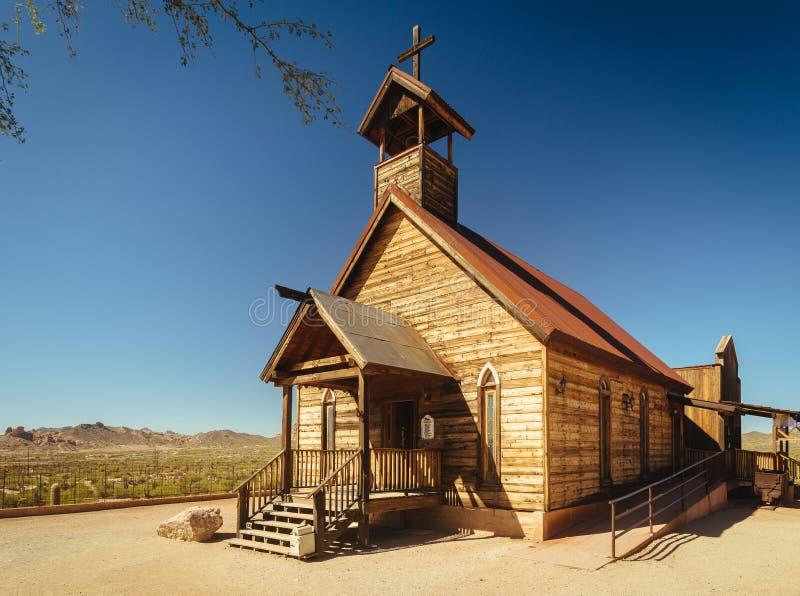 Igreja de madeira ocidental velha na cidade fantasma da mina de ouro da jazida de ouro em Youngsberg, o Arizona, EUA fotografia de stock
