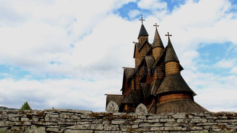 Igreja de madeira velha com céu nebuloso fotos de stock