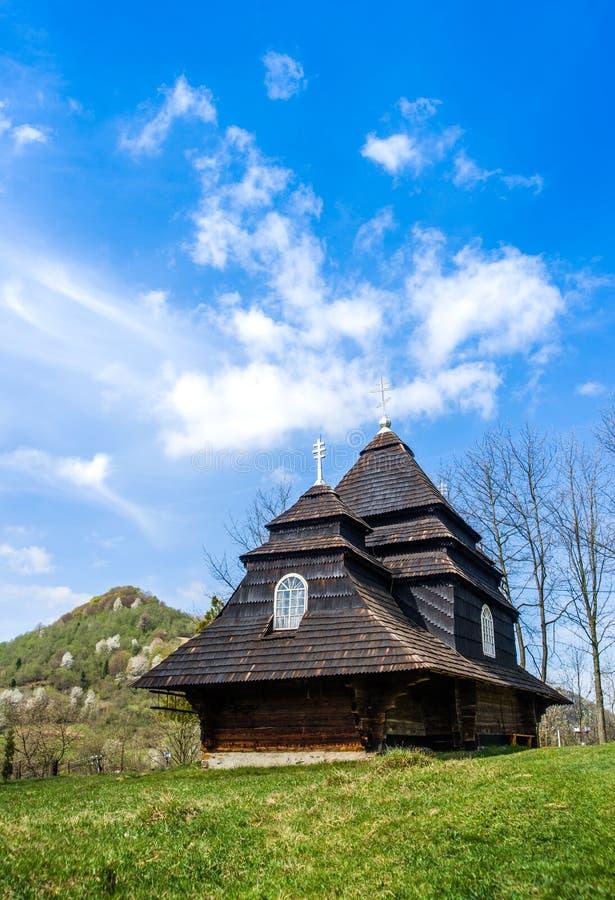 A igreja de madeira velha original na vila Uzhok ucrânia imagens de stock royalty free