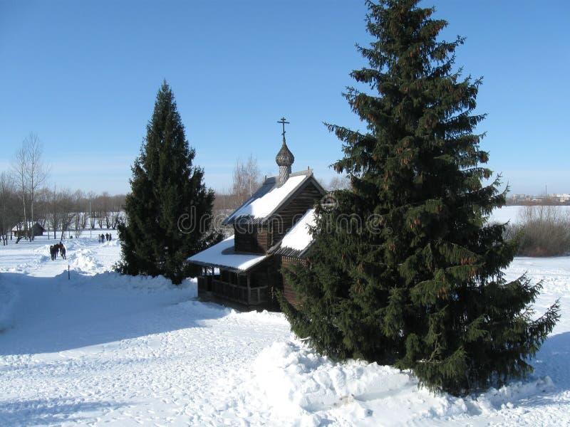Igreja de madeira Vitoslavitsy, inverno e neve fotos de stock