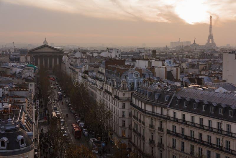 Igreja de Madeleine e telhados de Paris fotografia de stock