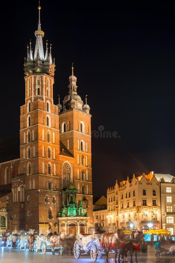 Igreja de Mary contra o céu noturno preto, Krakow imagem de stock