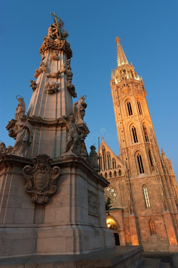 Igreja de Matthias e a estátua da trindade em Budapest imagens de stock royalty free