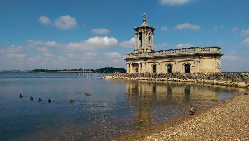 Igreja de Normanton na água de Rutland fotos de stock