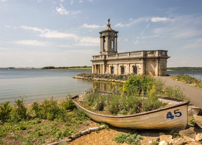 Igreja de Normanton na água de Rutland foto de stock royalty free