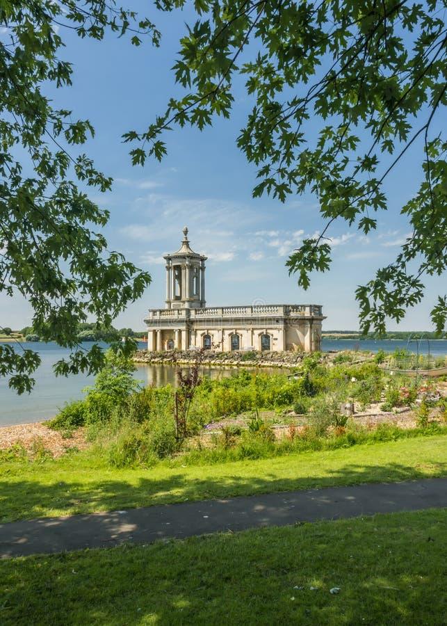 Igreja de Normanton na água de Rutland imagens de stock royalty free