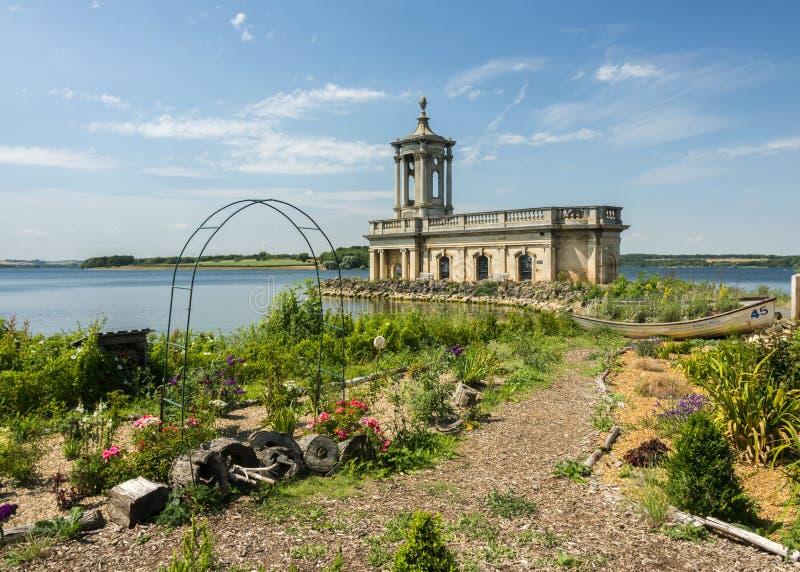 Igreja de Normanton na água de Rutland fotografia de stock